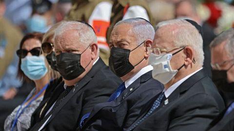 Israels PremierministerBenjamin Netanyahu (Mitte) gedenkt der sechs Millionen jüdischen Opfer des Holocaust