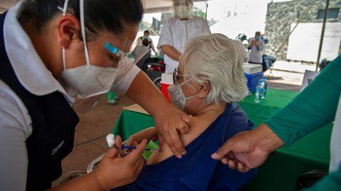 In Mexiko werden wie hier in Mexiko City zunächst vor allem ältere Menschen geimpft