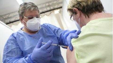 Eine Krankenschwester impft im Impfzentrum des Landkreises Harz eine Frau