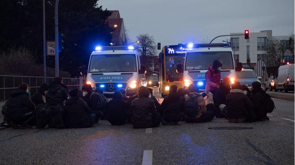 Demonstranten blockieren am Mittwochabend dieser Woche eine Kreuzung nahe des Flughafens Berlin-Brandenburg, um gegen eine für denselben Tag geplante Sammelabschiebung afghanischer Geflüchteter zu protestieren.