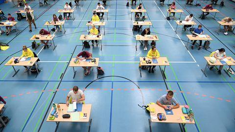 Schüler und Schülerinnen sitzen während der Deutsch-Abitursprüfung mit Abstand zueinander in einer Sporthalle (Archivfoto)