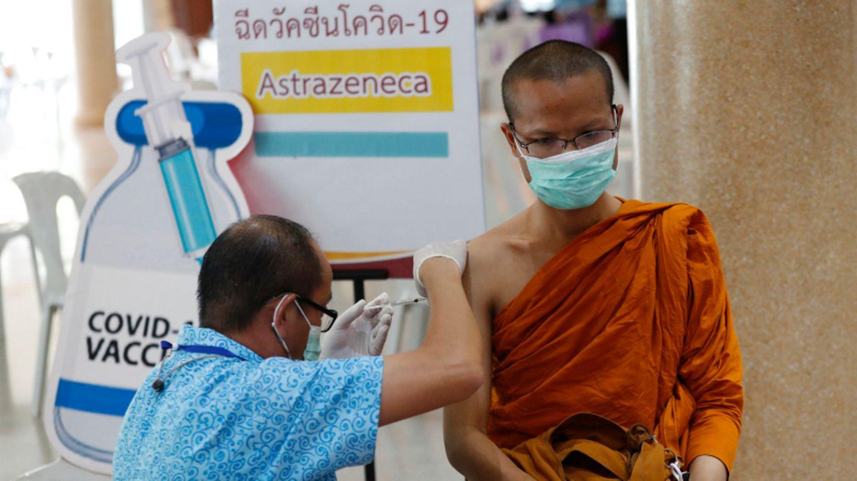 Ein buddhistischer Mönch in Thailand wird mit Astrazeneca geimpft