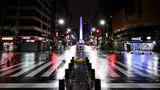 Ein Blick auf die leere Avenida Corrientes in Buenos Aires während einer Ausgangssperre am frühen Morgen