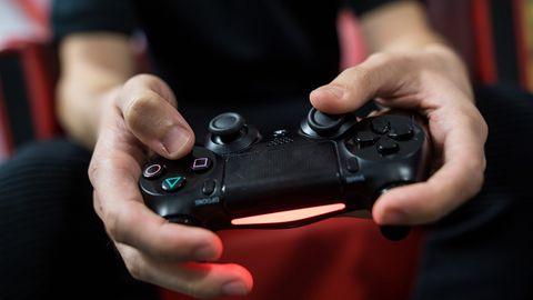 Ein Gamer spielt auf einem Playstation-Controller