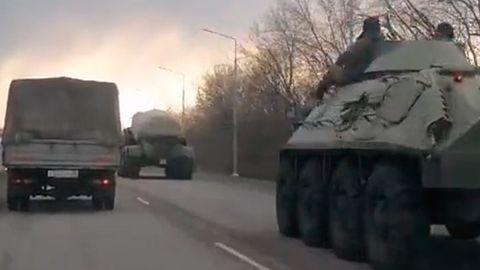 Aufnahmen aus sozialen Netzwerken, die die Bewegung russischer Truppen in die Region Woronosch zeigen