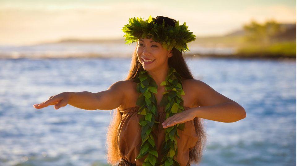 Hawaiianerin tanzt einen traditionellen Tanz