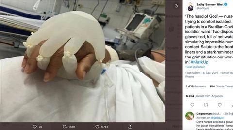 Brasilien: Berührungen für Covid-19-Patienten: Krankenpfleger füllt Gummihandschuhe mit Wasser