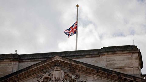 Der Union Jack über dem Buckingham Palace weht auf Halbmast