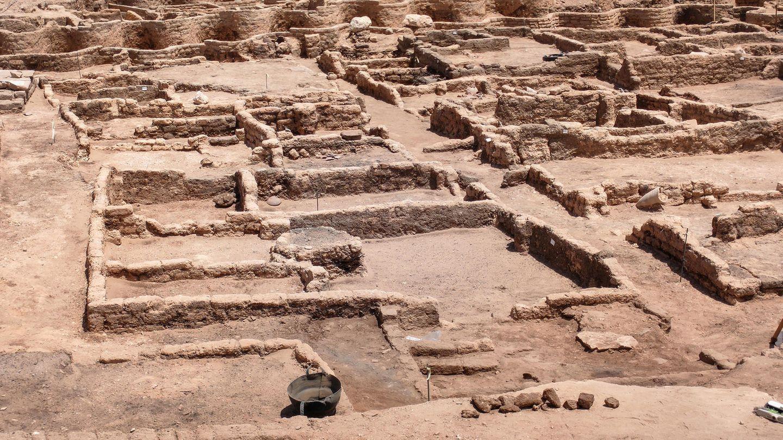 Grundmauern einer alten Siedlung  sind im Sand der Wüste zu sehen