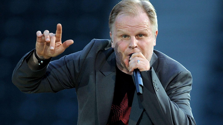 Herbert Grönemeyer, hält ein Mikrofon und singt