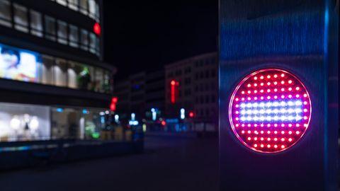 Stop-Piktogramm nach Beginn einer nächtlichen Ausgangssperre in Hannover