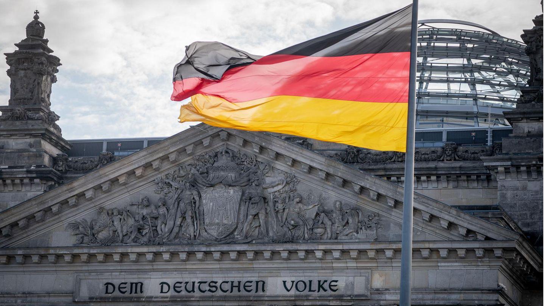 Deutschlandfahne weht vorm Reichstag