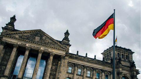 Grau Wolken über dem Reichstagsgebäude in Berlin.