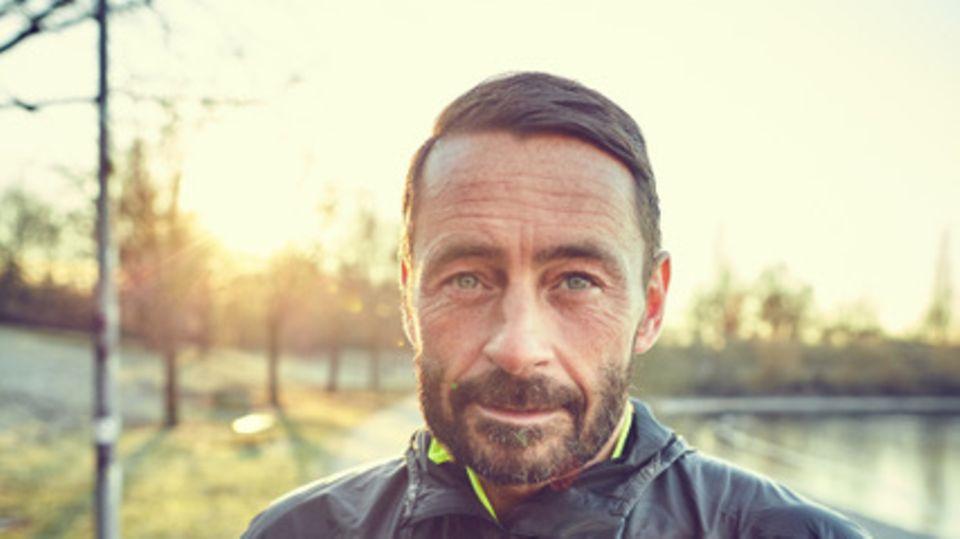 """Mike Kleiß ist Co-Host des neuen Podcast """"Sie rennt. Er läuft""""."""