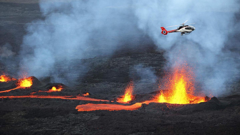 Piton De La Fournaise, La Reunion. Ein Hubschrauber fliegt über dem ausbrechenden Vulkan Piton de la Fournaise im Indischen Ozean.Auch auf der anderen Seite der Welt, in der Karibik, spuckt ein Berg Feuer: der La Soufrière auf St. Vincent. Er war zuletzt 1979 ausgebrochen.