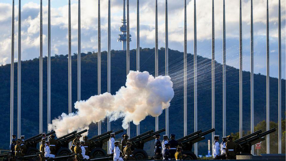 Canberra, Australien. Wie hier in Down Under donnerten weltweit die Kanonen zu Ehren des verstrobenen britischen Prinz Philip, Herzog von Edinburgh. 41 Salutschüsse wurden pünktlich um 12 Uhr Ortszeit abgefeuert. Natürlich auch in der Heimat, etwa in London, Belfast, Edinburghund Gibraltar.
