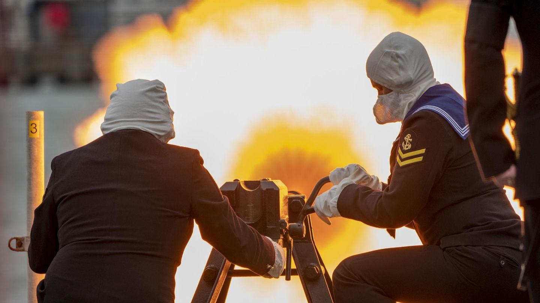 """Portsmouth, Großbritannien: Auch am Marinestützpunkt Portsmouth wird einen Salut mit 41 Kanonen abgeschossen. Seine Königlichen Hoheit, Prinz Philip, Herzog von Edinburgh, begann seine Laufbahn als Offizier der Marine. Der Chef des Verteidigungsstabes, General Sir Nicholas Carter, sagte: """"Seine Königliche Hoheit war ein großer Freund, eine Inspiration und ein Vorbild für die Streitkräfte und er wird schmerzlich vermisst werden."""""""