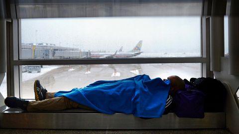 Ein Mann macht ein Nickerchen auf demAirport in Arlington, Virginia, USA.