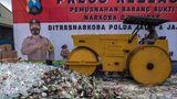 Surabaya, Indonesien. Während einer Veranstaltung im Polizeipräsidium zerstören die Behörden Tausende von Flaschen Alkohol. Der Grund: der im Islam heilige MonatRamadan steht vor der Tür.