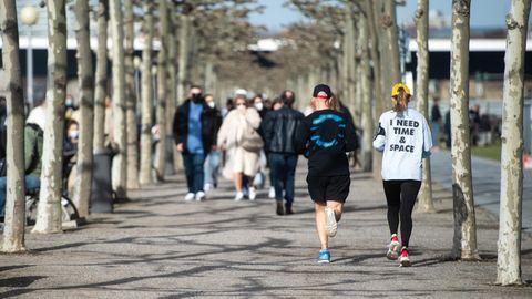 Aerosolforscher Coronavirus: Spaziergänger mit Maske