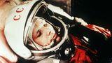 """12. April 1961: Der sowjetischeKosmonaut Juri Gagarin fliegt als erster Mensch ins All  """"Auf geht's"""" waren die schlichten Worte, mit denen Gagarin den Start der Wostok-Rakete ins All kommentierte. Vom Weltraumbahnhof Baikonur gingder 27-jährige Kosmonaut vor sechzig Jahren auf seine historische Reise und wurde zum größten Helden der Sowjetunion. Ganze 108 Minuten dauerte der Flug im Orbit, dann landete Gagarin mit einem Fallschirm auf einem Feld in der südrussischen Region Saratow. Zuvor hatte er sich mit einem Schleudersitz aus seiner Raumkapsel katapultiert. Die ersten Menschen, die ihm begegneten, waren ein Mädchen und dessen Großmutter, die gerade Kartoffeln ausgruben - sie erstarrten vor Furcht.""""Habt keine Angst, ich bin Sowjetbürger wie Ihr, ich bin aus dem Weltall zurückgekehrt"""", beruhigteGagarindie beiden. Sein Flug in andere Sphären war ein Triumph für die SowjetunionimKalten Krieg und versetztedie USA in einen Schockzustand. Die Amerikanernahmen Gagarins Flugzum Anlass, ihr eigenes Apollo-Programm zu forcieren. VolksheldGagarin erlebte die Mondlandung des Klassenfeindes nicht mehr. 1968 verunglückte er bei einem Übungsflug in einer MiG."""