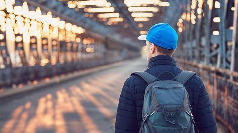 Ein junger Mann ist in der Stadt unterwegs (Symbolbild)