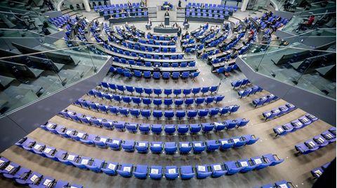 Stühle für die Abgeordneten, aufgenommen im Plenum in Deutschen Bundestag