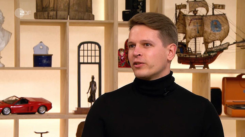Sebastian Schupp steht im Studio von Bares für Rares in Pulheim