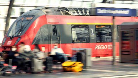 Eine Regionalbahn fährt in den Berliner Bahnhof ein