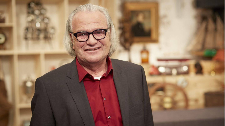 Experte Albert Maier steht im Studio von Bares für Rares in Pulheim
