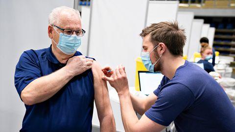 Ein Mann erhält im Impfzentrum Arena Nordin Frederikshavn eine Corona-Impfung