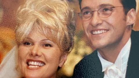 """12. April 2021  Hugh Jackman macht seiner Frau mit diesem Foto eine Liebeserklärung  Er sieht mit Brille und ohne Bart aus wie ein Nerd: Hugh Jackman und Deborra Lee-Furness sind seit 25 Jahren verheiratet. Auf Instagram machte der Hollywoodstar seiner Frau zum goldenen Jubiläum eine rührende Liebeserklärung. Der 52-Jährige veröffentlichte ein altes Hochzeitsfoto und schrieb dazu: """"Mit dir verheiratet zu sein, Deb, ist so natürlich wie Atmen. Fast von dem Moment an, als wir uns trafen ... wusste ich, dass unser Schicksal darin bestand, zusammen zu sein."""" Überzwei Millionen Menschen haben das Foto bereits geliked. Jackman und Lee-Furness sind gestern wie heute ein echtes Traumpaar."""