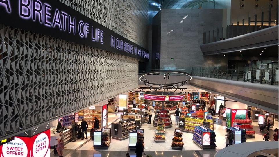 Im Vergleich zu einem Flughafen in Deutschland herrscht auf dem Hamad International Airport in Doha wesentlich mehr Betrieb.