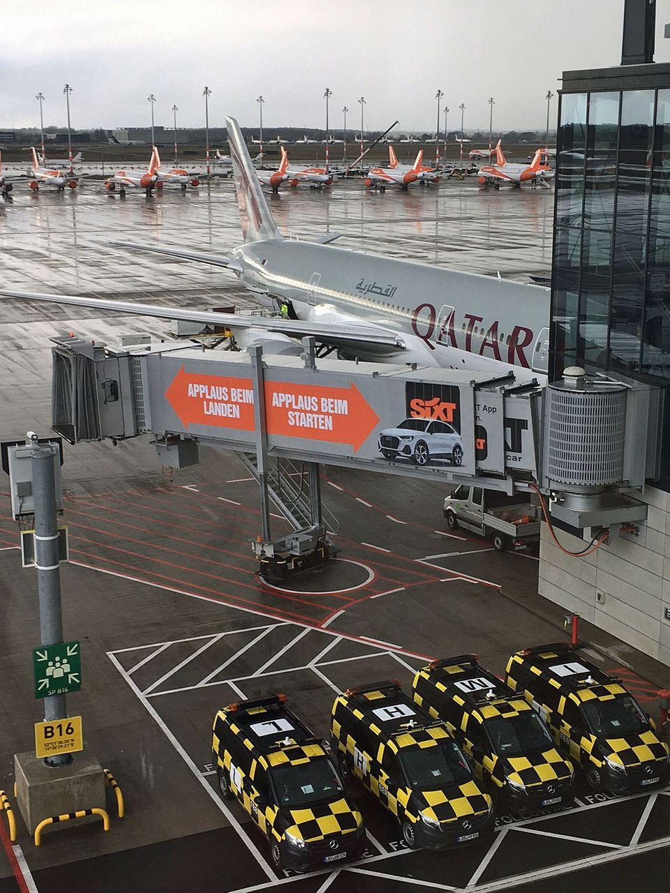 Die Boeing 787 von Qatar Airways am Flughafen BER. Im Hintergrund stehen langfristig geparkte Maschinen von Easyjet.