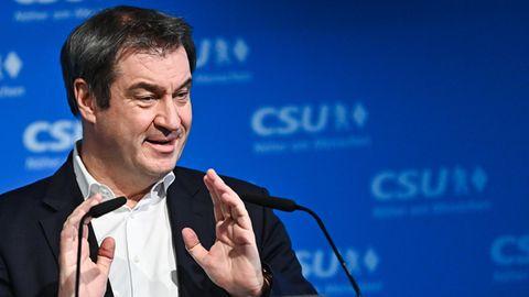 CSU-Parteichef Markus Söder vor blauer Wand mit CSU-Logo