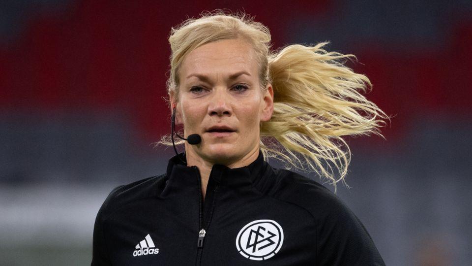 Die Schiedsrichterin Bibiana Steinhaus beim Laufen auf dem Rasen