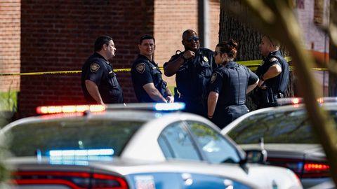 Die Polizei von Knoxville am Tatort nach einem Schusswaffenangriff an einer Schule