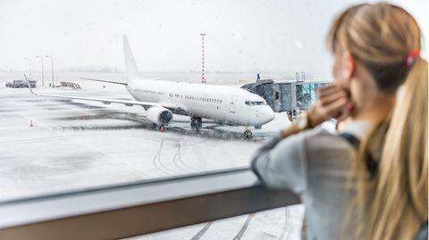 Frau wartet am Airport