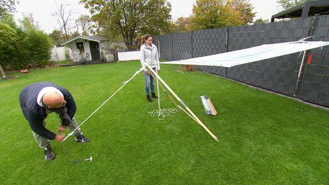 Hot oder Schrott Produkte: Detlef und Nicole bauen das Hängemattengestell Madera in ihrem Garten auf