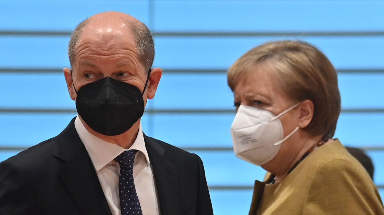 Olaf Scholz and Angela Merkel