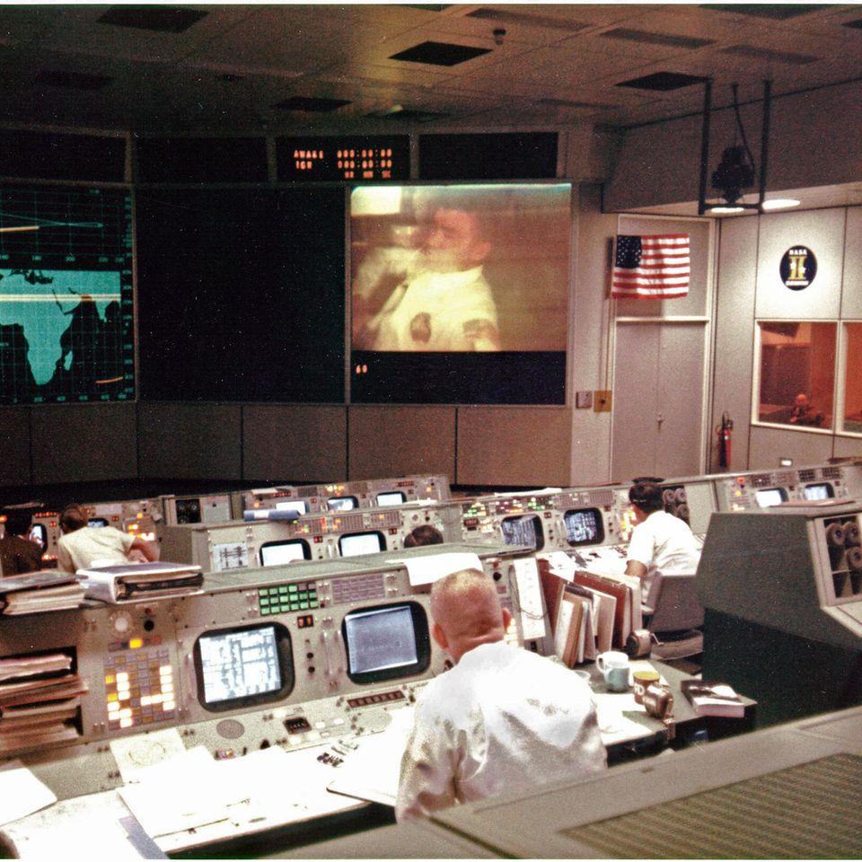 """13. April 1970: """"Houston, we've had a problem.""""  Es ist eines der bekanntesten Zitate aus der Raumfahrt und eines, das zum geflügelten Wort wurde:""""Houston, we've had a problem.""""– """"Houston, wir habengerade ein Problem gehabt.""""  Am 11. April 1970 startete die Apollo-13-Mission der Nasain den USA. An Bord waren die Raumfahrer Jim Lovell, Jack Swigert und Fred Haise. Das Ziel war die dritte bemannte Mondlandung. Das Foto zeigt eine Unterhaltung zwischen dem Astronauten Haise und demMission Operations Control Room in Houston, Texas am 13. April 1970. Kurz nach dieser Funkverbindung explodierte einer der Sauerstofftanks des Raumschiffs """"Odyssey"""". Swigert funkte dann:""""Okay Houston, we've had a problem here.""""Als in Houston um Wiederholung gebeten wurde, antwortete Lovell: """"Houston, we've had a problem.""""  Die Mondlandung konnte nicht mehr durchgeführt werden und die Mannschaft musste zur Erde zurückkehren– ein riskantes Unterfangen. Die Mondlandefähre """"Aquarius"""" fungierte dabei als eine Art Rettungsboot für die Raumfahrer. Am 17. April landeten Lovell, Swigert und Haise schließlich mit einer Landekapsel wieder auf der Erde.  Die Mission und das Zitat wurden bekannt durch den Spielfilm """"Apollo 13"""" mit Tom Hanks aus dem Jahr 1995. Hier wurden die berühmten Worte aber zu """"Houston, we have a problem""""– """"Houston, wir haben ein Problem."""""""