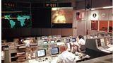 """13. April 1970: """"Houston, we've had a problem.""""  Es ist eines der bekanntesten Zitate aus der Raumfahrt und eines, das zum geflügelten Wort wurde:""""Houston, we've had a problem.""""– """"Houston, wir habengerade ein Problem gehabt.""""  Am 11. April 1970 startete die Apollo-13-Mission der Nasain den USA. An Bord waren die Raumfahrer Jim Lovell, Jack Swigert und Fred Haise. Das Ziel war die dritte bemannte Mondlandung. Das Foto zeigt eine Unterhaltung zwischen dem Astronauten Haise und demMission Operations Control Room in Houston, Texas am 13. April 1970. Kurz nach dieser Funkverbindung explodierte einer der Sauerstofftanks des Raumschiffs """"Odyssey"""". Swigert funkte dann:""""Okay Houston, we've had a problem here.""""Als in Houston um Wiederholung gebeten wurde, antwortete Lovell: """"Houston, we've had a problem.""""  Die Mondlandung konnte nicht mehr durchgeführt werden und die Mannschaft musste zur Erde zurückkehren– ein riskantes Unterfangen. Die Mondlandefähre """"Aquarius"""" fungierte dabei als eine Art Rettungsboot für die Raumfahrer. Am 17. April landeten Lovell, Swigert und Haise schließlich mit einer Landekapsel wieder auf der Erde.  Die Mission und das Zitat wurden bekannt durch den Spielfilm """"Apollo 13"""" mit Tom Hanks aus dem Jahr 1995. Hier wurden die berühmten Worte aber zu """"Houston, we have a problem""""– """"Houston, wir haben ein Problem"""" abgeändert."""