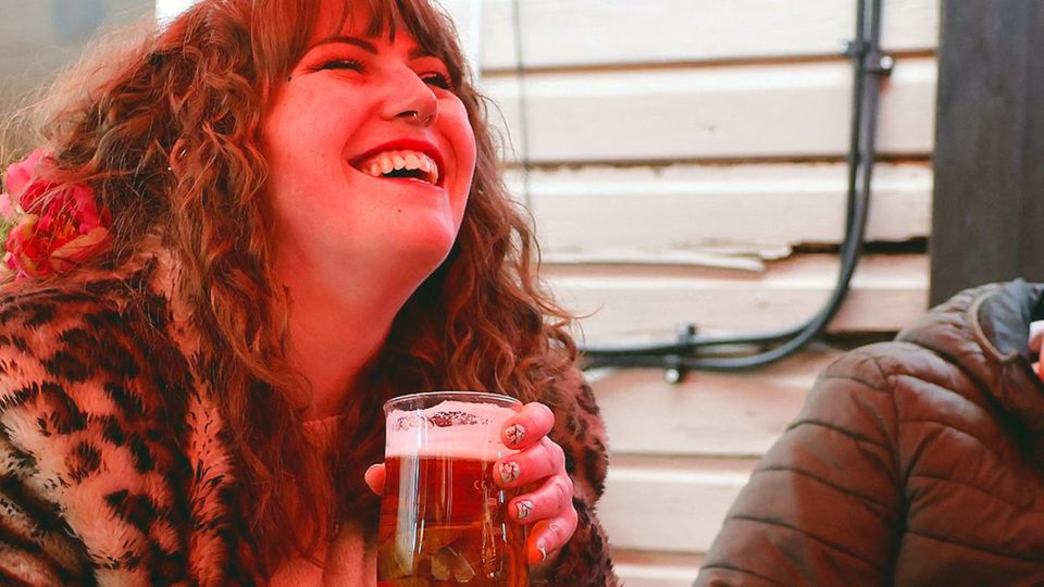 Opening instead of lockdown: British people party in pubs with a lot of alcohol