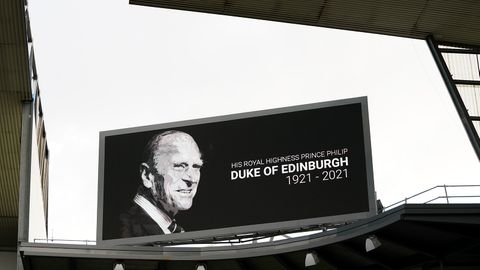 Eine Gedenktafel für Prinz Philip in einem Fußballstadion
