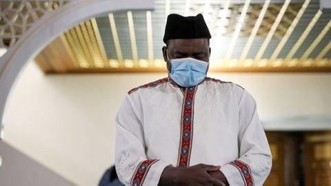 Ein Mann betet während des Ramadans mit Corona-Schutzmaske