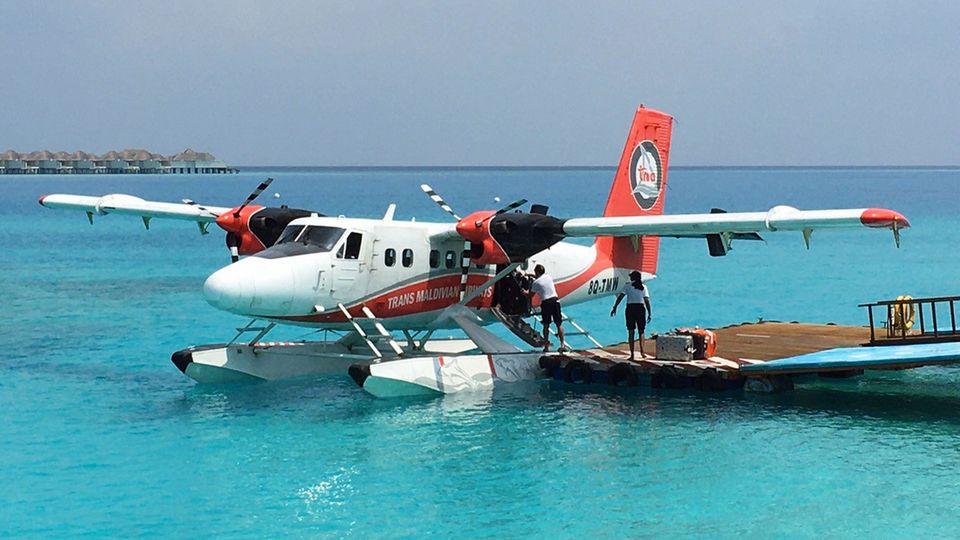 Eine Wasserflugzeug der Trans Maldivian Airways beim Beladen im Baa Atoll
