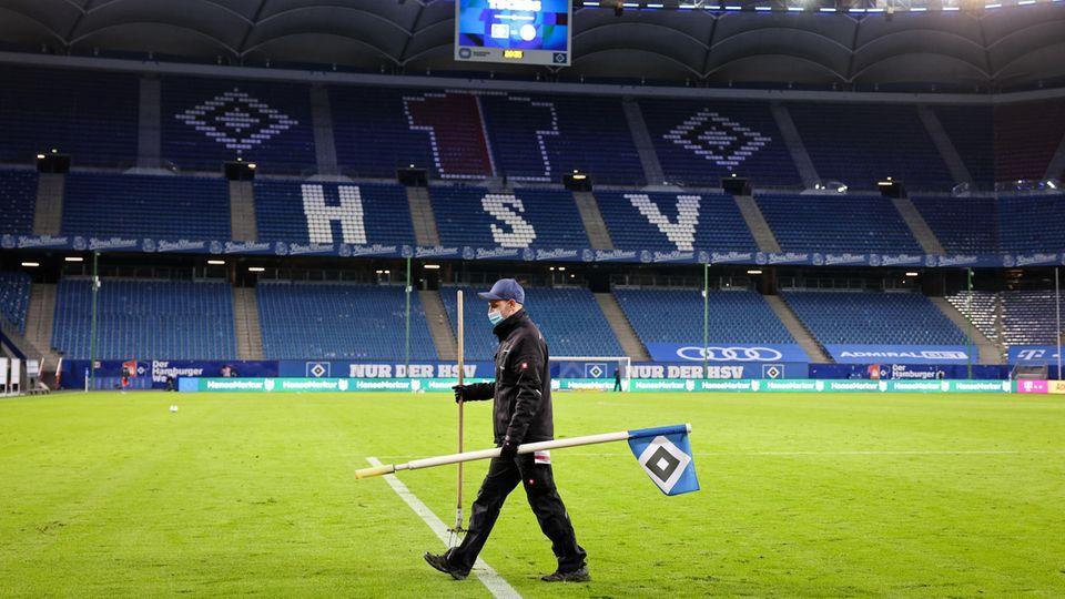 Greenkeeper im leeren Hamburger Volksparkstadion