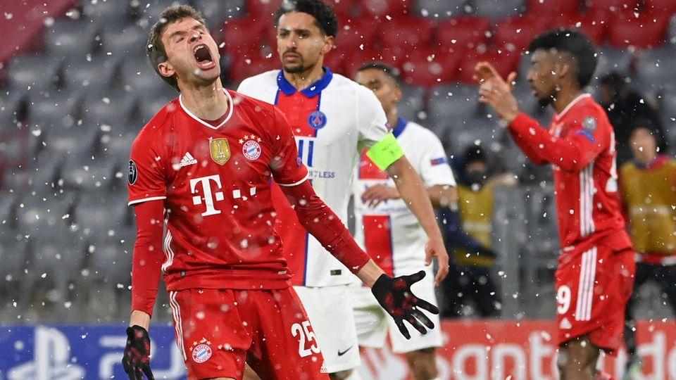 Thomas Müller ärgert sich über eine verpasste Torchance im Hinspiel gegen Paris Saint-Germain