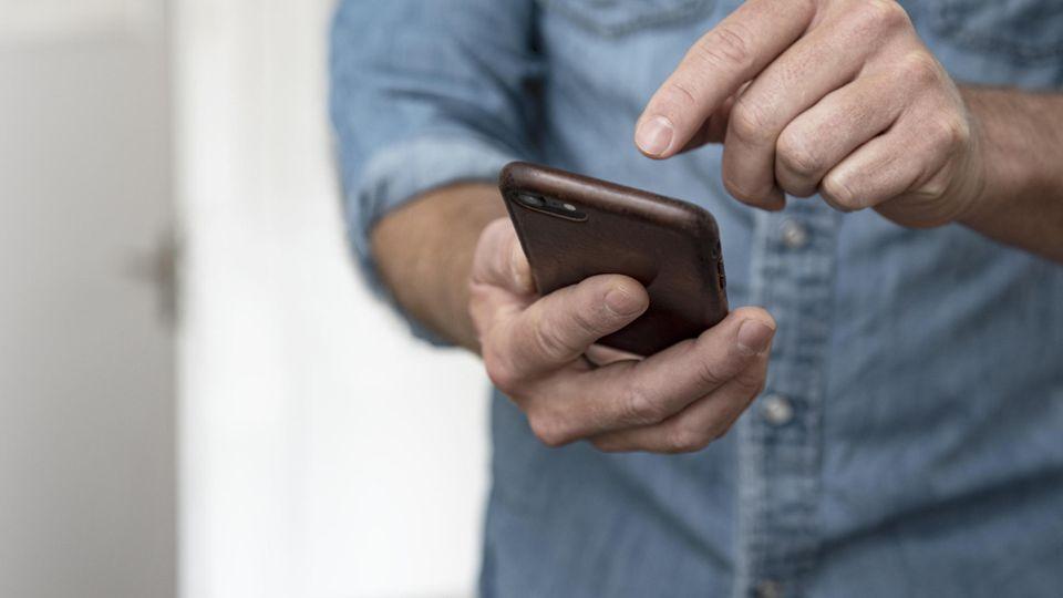 Eine vertrauenserweckend aussehende SMS, ein schneller Klick auf einen Link ... (Symbolbild)