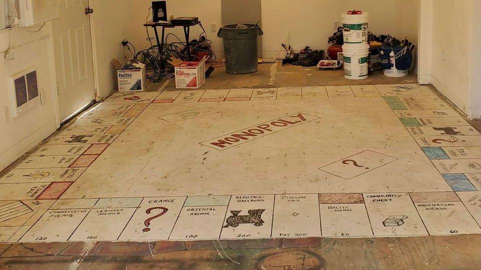 Paar findet Monopoly-Spielbrett unter dem Teppich